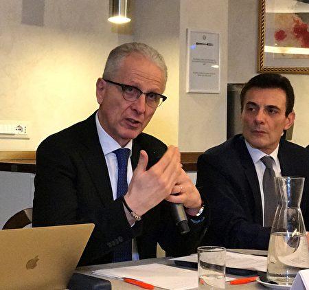 参议员Maurizio Romani (左)是意大利通过禁止非法买卖人体器官的法律规定的主要推手之一。他认为邀请黄洁夫这样的人到梵蒂冈来,使历史蒙羞。(林达/大纪元)