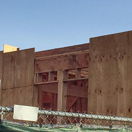 正在兴建的房屋,因连日下雨,建商没有防雨措施致使木头发霉。(网友提供)