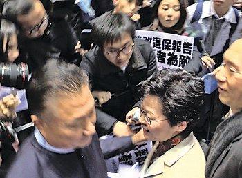 林鄭月娥發表政綱後離場,被示威者包圍質詢,情況一度混亂。(孫青天/大紀元)