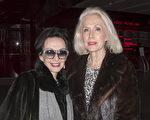 """""""看神韵神清气爽,就像在天堂。""""84岁高龄的退休女士 Wanda Bush(左)看完演出后兴奋不已。(苏菲/大纪元)"""
