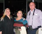 2月5日晚上,Joseph Viernow先生和太太、女儿一起观赏神韵,表示演出太好了,明年一定要带全家人来观赏神韵。(苏菲/大纪元)