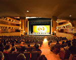 2月4日、2月5日一連兩天,神韻紐約藝術團在韓國高陽Aram Nuri藝術中心Aram劇場,上演兩天三場神韻演出,場場爆滿,圖為最後一場的謝幕。(全景林/大紀元)