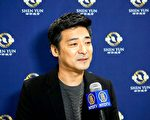 2月5日晚間,韓國AI&O電影製作公司總裁Kang, Jae sup(姜在涉)觀賞神韻紐約藝術團在Aram Nuri藝術中心Aram劇場的第三場演出後發出由衷讚歎。(金國煥/大纪元)