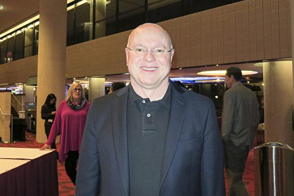 Tom Cain先生2月15日在阿拉巴馬州的伯明翰觀看了神韻演出。(林南宇/大紀元)