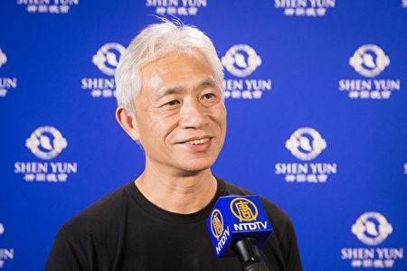 香港立法會議員梁耀忠跨海追神韻,他在台北國父紀念館觀賞了神韻演出。(陳柏州/大紀元)