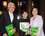 2017年2月18日晚上,統創建設公司董事長黃子亮(左)和家人一起觀賞美國神韻紐約藝術團在台北國父紀念館的演出。(龍芳/大紀元)