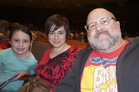 Tony Aiken先生和他的太太Carrie Aiken女士,以及他們的孩子Elena Aiken。(林朴/大紀元)