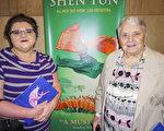 在醫療器械公司任職的Rachel Fisher小姐和祖母Helen Spencer女士。(林朴/大紀元)