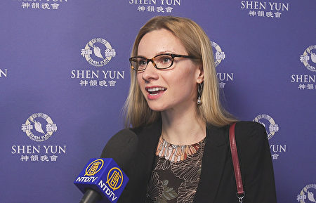 南印第安納大學(USI)經濟學副教授Daria Sevastianova帶著小女兒Victoria來看演出。她高興地說:「我們愛神韻!太精采了!太非凡了!我女兒也說演出真神奇!」(新唐人電視台)