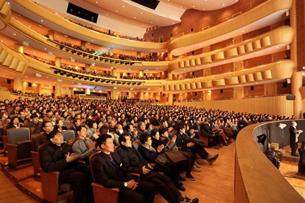 神韻紐約藝術團於2月4日晚間在韓國最美的劇院──Aram Nuri藝術中心Aram劇場拉開韓國首演序幕,首場即爆滿,一票難求。(全景林/大紀元)