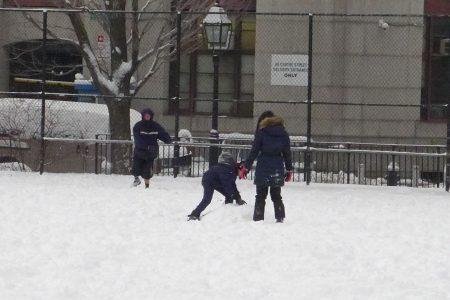 一名老人在冰天雪地里,卷起裤腿,自得其乐的打太极,气定神闲,而孩子们则在他身边玩耍。