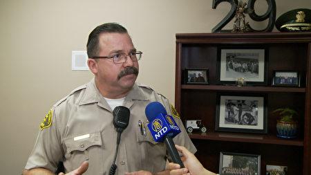 核桃 - 鑽石巴警局警員 Louis Denver。(楊陽/大紀元)