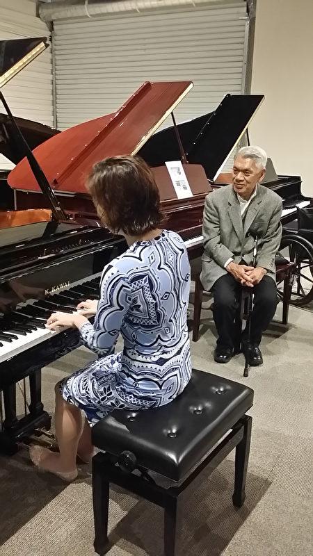 钢琴家在其购买的有河合弘隆(Hirotaka Kawai)先生签名的古董钢琴上弹奏。(Kawai钢琴店提供)