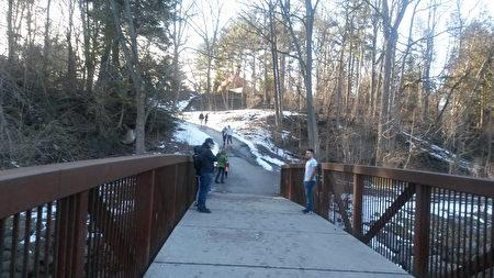 峡谷风光小径,溪水潺潺、曲径通幽,迎来冬天里难得光临的客人。(伊铃/大纪元)
