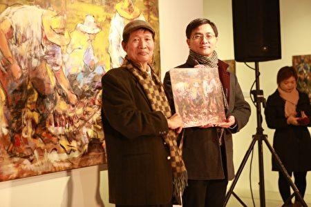 黃玉成(左)捐贈畫作,由宜蘭縣政府文化局局長李志勇代表接受。(曾漢東/大紀元)