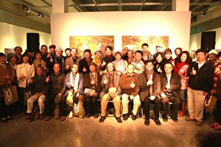 「無名.吾民-黃玉成個展」2月25日在宜蘭美術館開幕,來賓合影。(曾漢東/大紀元)