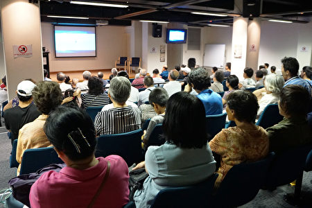 近百名當地的華人觀眾現場觀看紀錄片。(燕楠/大紀元)