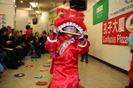 图为 显圣容幼稚园小朋友天真活泼的舞狮表演。
