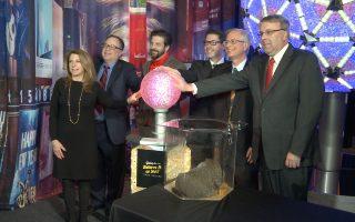 时代广场跨年水晶球开展 土拨鼠也凑一脚