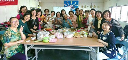徐明義與(中)龍潭班學生今年歲末聯歡餐會。(徐明義提供)