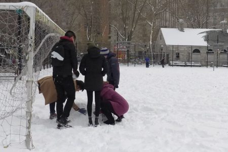 不少青少年也到公园相聚,尽情地感受着冬日冰雪的快乐。