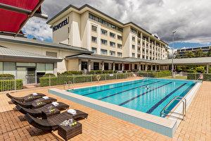 在酒店裡也節目多多,除了132間配備齊全的客房、友善的員工,我們還有安全的健身房、17米長的室外游泳池。(商家提供)
