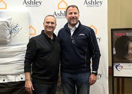 Ashley傢俱副總裁 Archie Hal(左)與Ashley傢俱資深副總裁 Kurt Haines參與築夢計畫捐贈新床活動。(薛文/大紀元)
