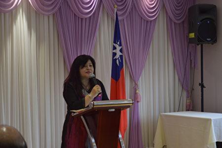 僑務委員吳麗珍正在介紹大溫僑界聯合會的情況。 (邱晨/大紀元)