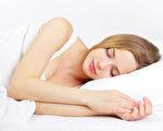 美国华盛顿大学的研究发现,睡眠不足会使免疫系统弱化,进而使人容易生病。图为一名在睡觉的女子。(Fotolia)