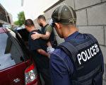 美國國土安全部的移民及海關執法局發言人克里斯坦森於2017年2月10日表示,該局一週內在六個州逮捕數百名犯有重大刑案的非法移民,以加強落實川普總統對非法移民的行政命令。本圖為洛杉磯的移民官員搜查並逮捕該地區的非法移民。(John Moore/Getty Images)