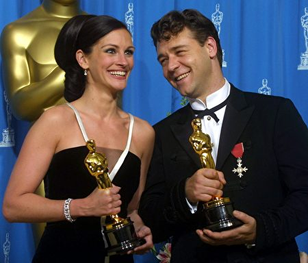 LOS ANGELES, UNITED STATES: Best Actor and Best Actress Russell Crowe (R) and Julia Roberts (L) laugh together posing with their Oscars at the 73rd Annual Academy Awards at the Shrine Auditorium in Los Angeles 25 March, 2001. AFP PHOTO Lee Celano/mn (Photo credit should read LEE CELANO/AFP/Getty Images)