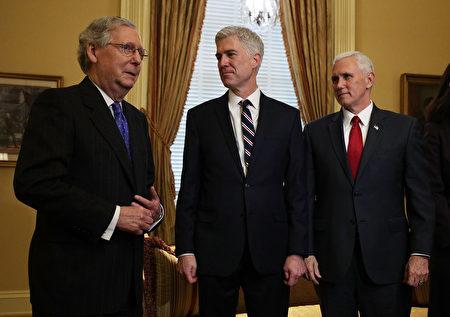 戈萨奇的提名极为重要,或影响美国长达几十年的意识形态。图为戈萨奇和副总统彭斯及参院多数党领袖麦康奈尔在一起。(Photo by Alex Wong/Getty Images)