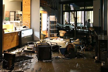 星巴克內部遭到抗議者的破壞。 (Elijah Nouvelage/Getty Images)