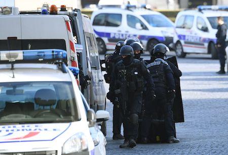 巴黎盧浮宮驚傳槍聲 男子揮刀砍殺身中數槍