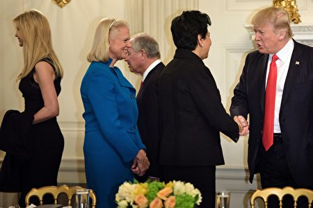伊万卡本周参与川普和企业执行长举行的政策会议。(Photo credit should read BRENDAN SMIALOWSKI/AFP/Getty Images)