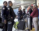 川普(特朗普)的移民限制令被暫停後,已獲得簽證的移民爭相搭機赴美。圖為洛杉磯國際機場。 (David McNew/Getty Images)