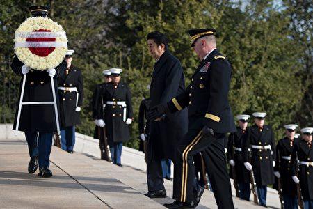 日本首相安倍10日上午到弗吉尼亞州阿靈頓國家公墓獻花圈。(JIM WATSON/AFP/Getty Images)