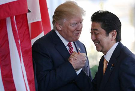 川普在白宮迎接安倍。(Mario Tama/Getty Images)