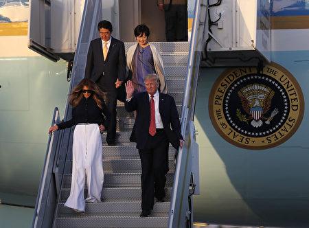 川普夫婦及安倍夫婦抵達佛州。(Joe Raedle/Getty Images)