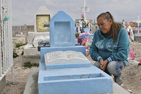被枪杀男孩的母亲Maria Guadalupe Guereca近日在墨西哥接受记者采访,图为被杀男孩的墓碑 ( YURI CORTEZ/AFP/Getty Images)