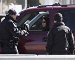 美國聖地牙哥的美墨邊境巡邏隊於2017年2月26日,在邊界發現一輛疑似偷渡非法移民的廂型車,該車拒絕停車接受盤查並與警方展開追逐,最後翻覆並造成9人受傷。本圖為2017年2月20日,德克薩斯州埃爾帕索的邊境警察正在檢查一輛從墨西哥駛入美國的車輛。(JIM WATSON/AFP/Getty Images)