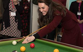 组图:凯特一袭深红套装访问儿童慈善机构