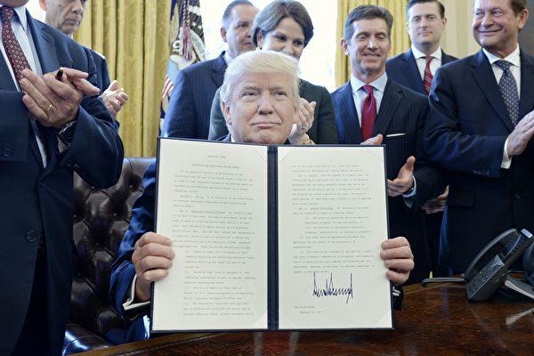 川普簽署行政令 廢除「扼殺」就業的法規