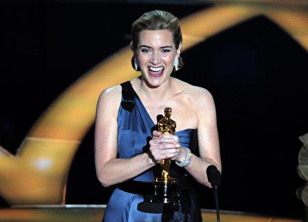2009年2月22日,温斯莱特终于凭借《阅读者》(The Reader)一片捧得第81届奥斯卡影后小金人。(GABRIEL BOUYS/AFP/Getty Images)