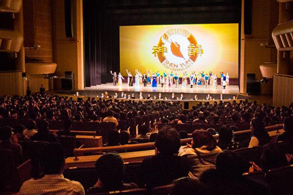 神韵纽约艺术团于2月4日晚间在韩国最美剧院──Aram Nuri艺术中心Aram剧场拉开韩国首演序幕,首场即爆满,一票难求。(全景林/大纪元)
