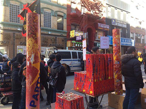 舞獅這天,花炮不可少,看,街上有各種攤子,賣著3元至5元的花炮,有沖天炮、彩色噴泉,還有甩炮。地上滿是彩色碎屑,電線上也掛滿了彩花。(蔡溶/大紀元)