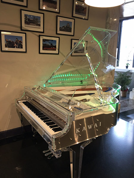 Kawai Piano Gallery 店内的透明三角琴。(Kawai钢琴店提供)