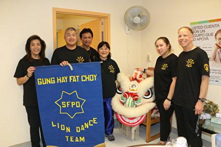 舊金山警察舞獅團當天來了7名成員,創辦人Philip Wong(左2)和成員關園華見證了舞獅團這二三十年來走過的歷史。(李霖昭/大紀元)