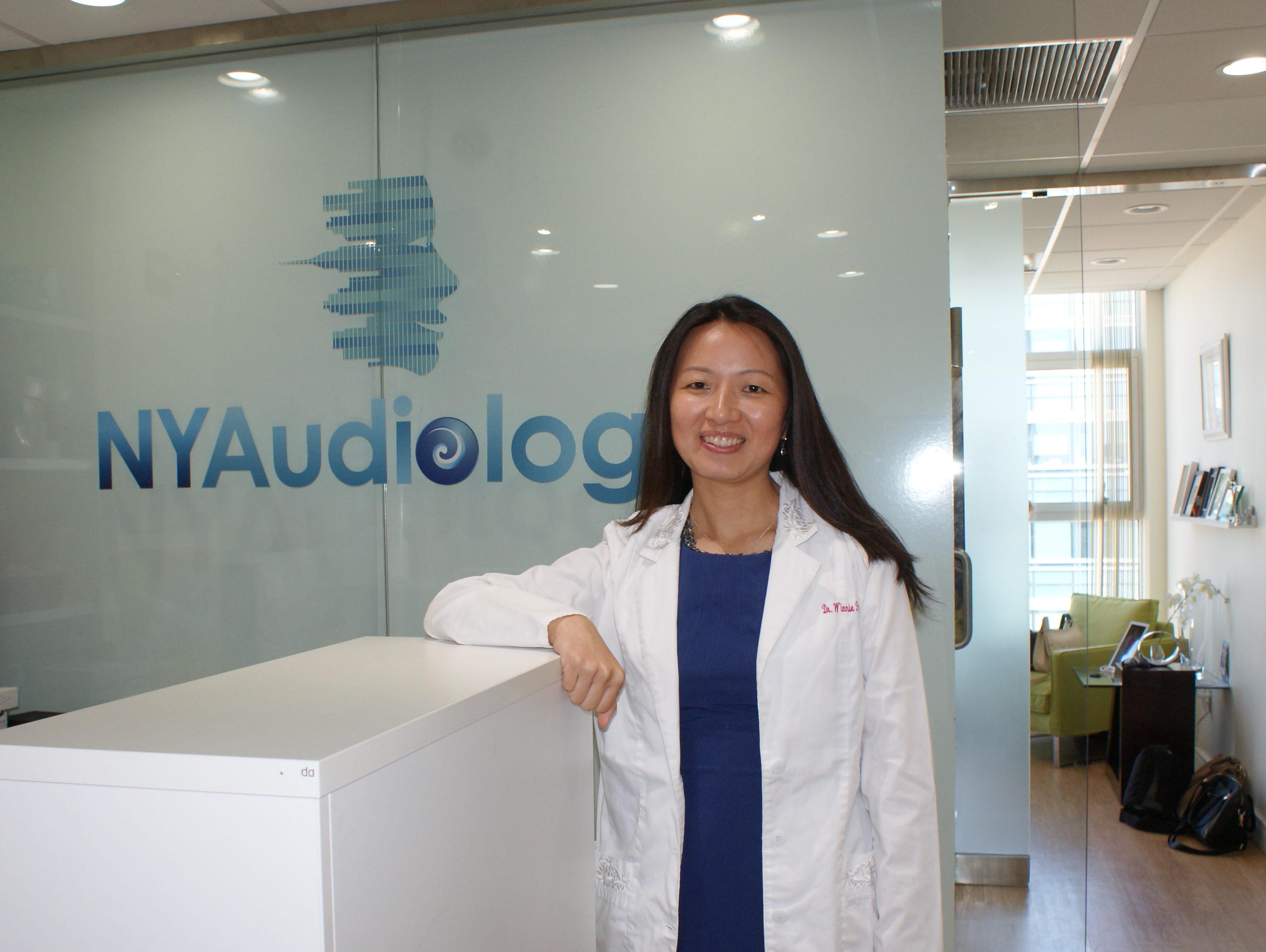 听力学博士冯家悦介绍,未必所有病人都需要最好质量的助听器,但是对于听力受损严重的老年人,助听器质量越好,会让他们戴得舒适。(张学慧/大纪元)
