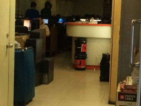 爱烈治街街上的网吧随处可见,还有包宿服务和寄存行李服务,很多人在网吧消磨时间,几乎每台电脑前都有人。 (蔡溶/大纪元)
